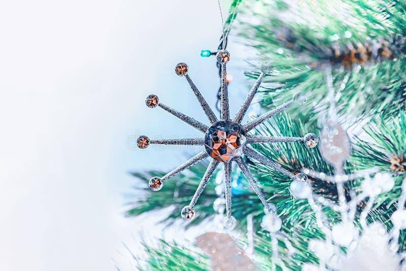 Decorações bonitas do Natal na forma de uma grande estrela do White Christmas que pendura em uma árvore de Natal Decoração da cas imagem de stock royalty free