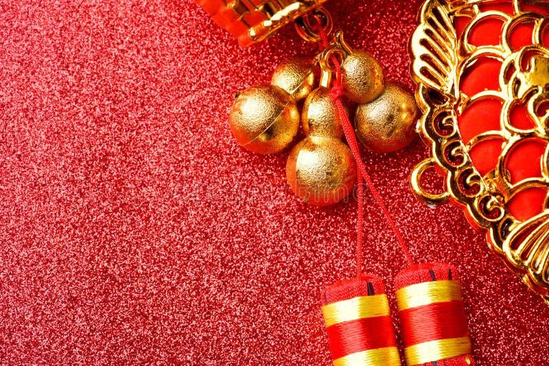 Decorações chinesas do ano novo e ornamento auspiciosos no fundo vermelho do bokeh foto de stock