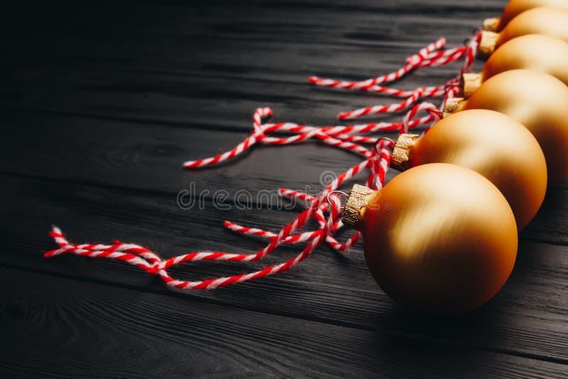 Decorações coloridas do Natal na tabela de madeira preta Bolas do Xmas no fundo de madeira Vista superior, espaço da cópia Ano no imagem de stock royalty free