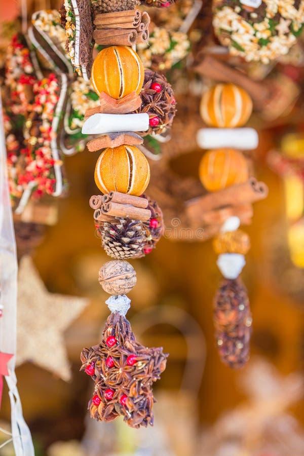 Decorações coloridas no mercado do Natal em Strasbourg, Alsa fotografia de stock royalty free