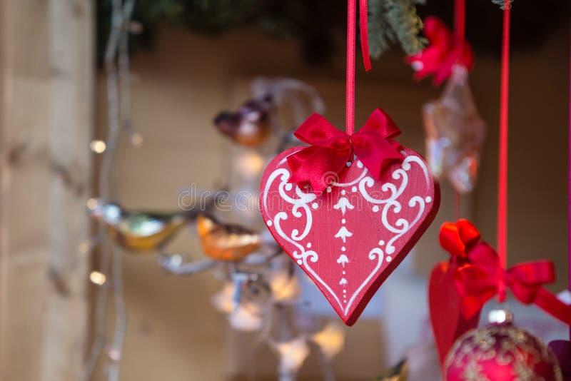 Decorações coloridas no mercado do Natal em Strasbourg, Alsa imagem de stock