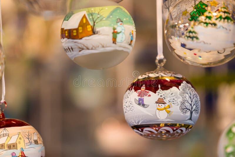 Decorações coloridas no mercado do Natal em Strasbourg, Alsa imagens de stock