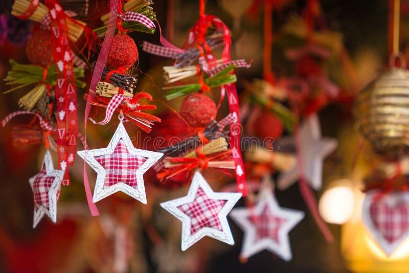 Decorações coloridas no mercado do Natal em Strasbourg, Alsa fotos de stock