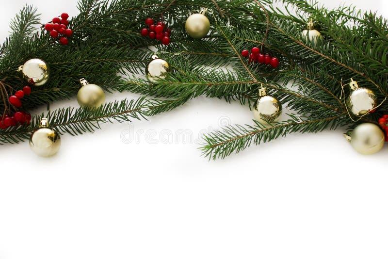 Decorações com árvore de Natal e brinquedos do Natal isolados no fundo branco Quadro de cartão do ano novo fotografia de stock royalty free