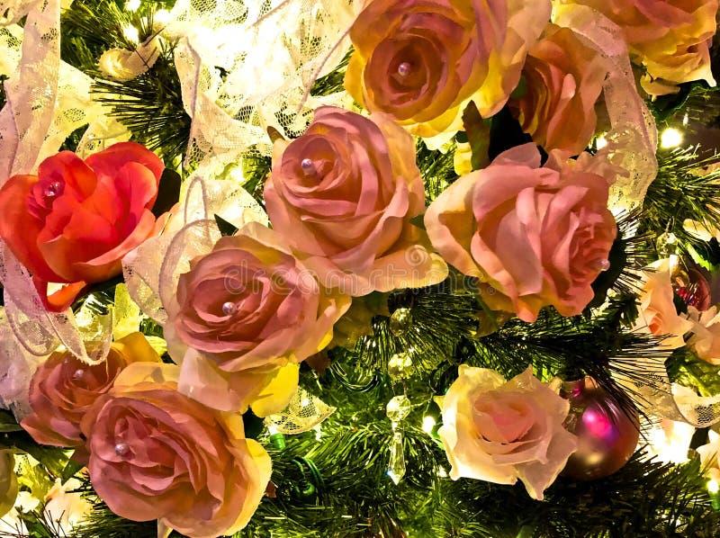 Decorações cor-de-rosa do Natal das rosas fotografia de stock royalty free