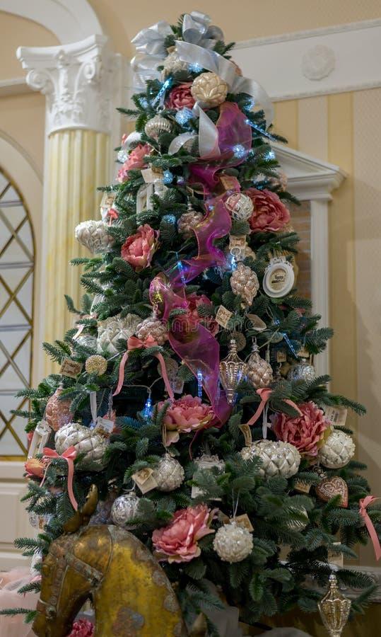 Decorações da árvore de Natal com festão, flores e grãos imagens de stock