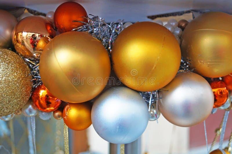 Decorações da árvore de Natal feitas do vidro, da madeira e da tela de formas e de cores diferentes no contador foto de stock royalty free