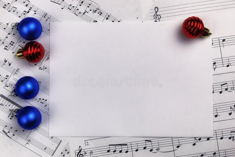 Decorações da árvore de Natal na tabela e na folha com música não imagem de stock