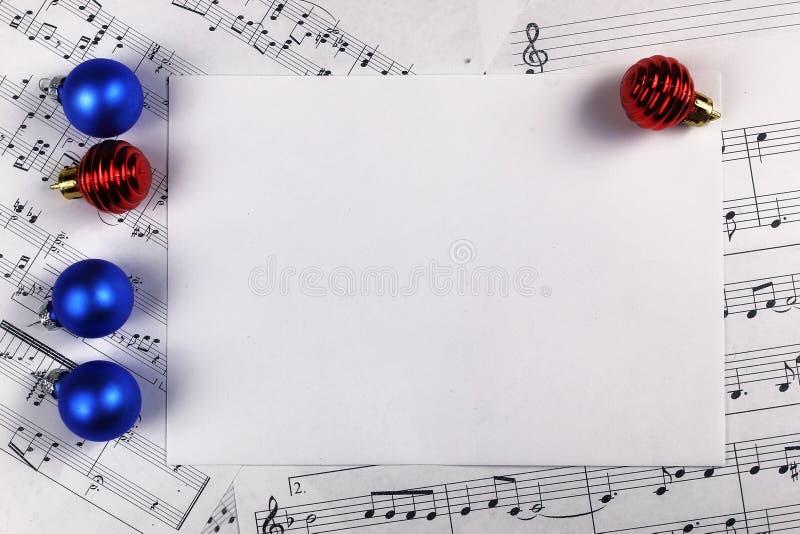 Decorações da árvore de Natal na tabela e na folha com música não imagem de stock royalty free