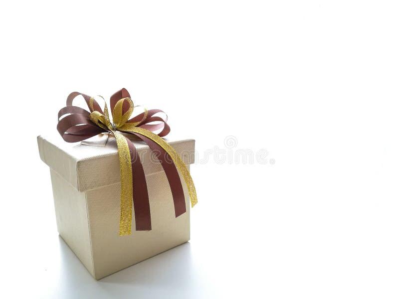 Decorações da caixa de presente com fita do ouro fotografia de stock