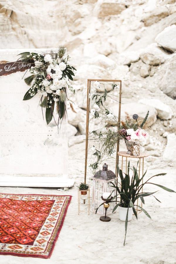 Decorações da história do casamento ou de amor na garganta - arco do estilo do boho com flores e pano Ramalhete do casamento, pla fotos de stock