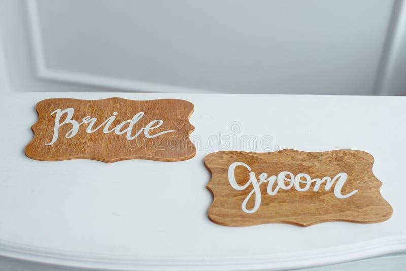 Decorações das placas de madeira do casamento para os noivos fotografia de stock