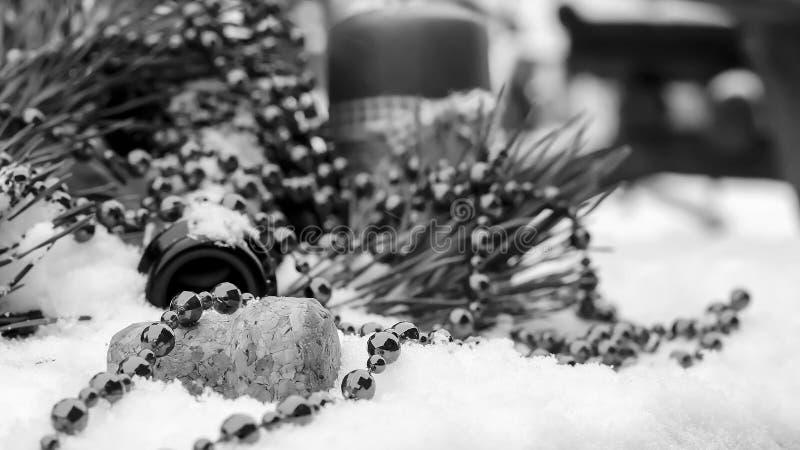 Decorações de Champagne e de Natal na neve Decorat do feriado fotografia de stock