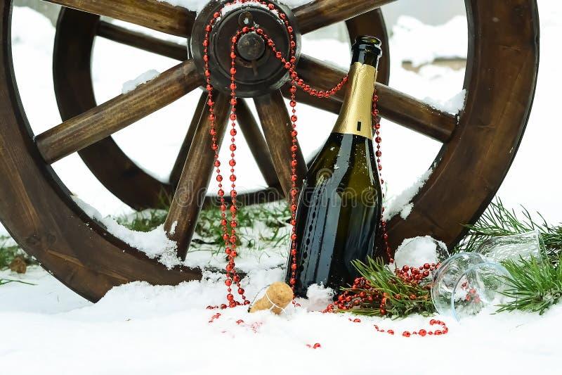 Decorações de Champagne e de Natal na neve Decorat do feriado imagens de stock royalty free