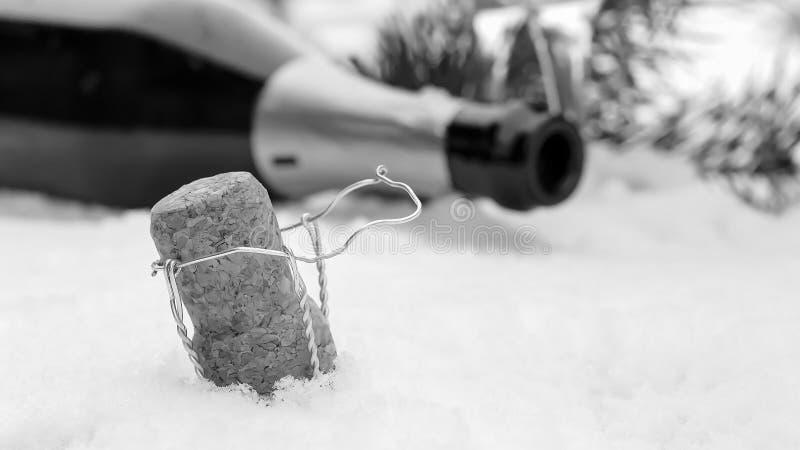 Decorações de Champagne e de Natal na neve Decorat do feriado imagem de stock