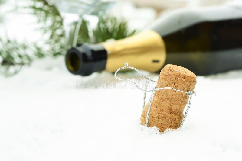 Decorações de Champagne e de Natal na neve Decorat do feriado imagem de stock royalty free
