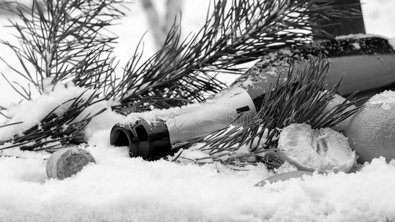 Decorações de Champagne e de Natal na neve Decorat do feriado foto de stock royalty free