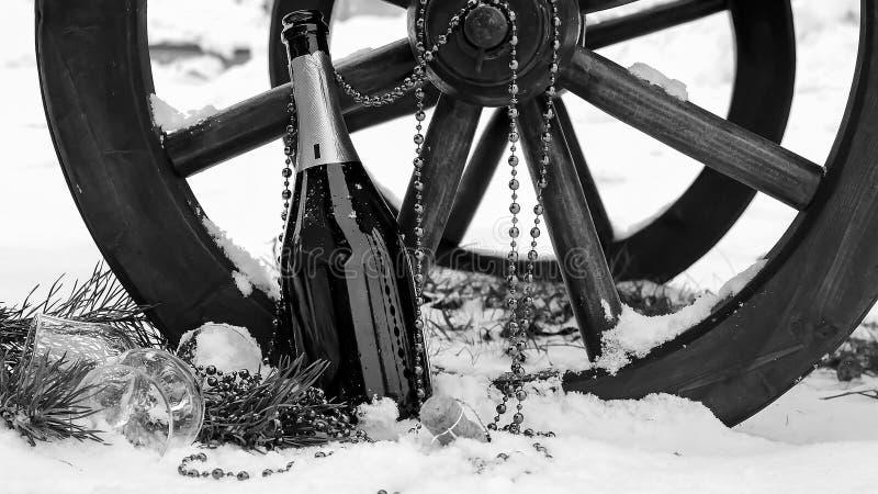 Decorações de Champagne e de Natal na neve Decorat do feriado foto de stock