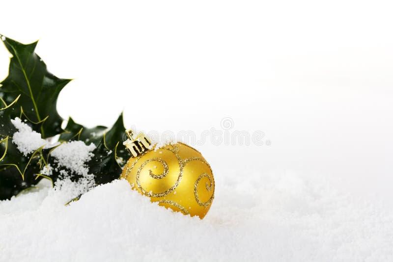 Decorações de Chrismas com azevinho na neve branca imagens de stock royalty free
