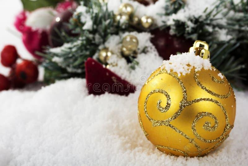 Decorações de Chrismas na neve branca para o fundo fotos de stock royalty free
