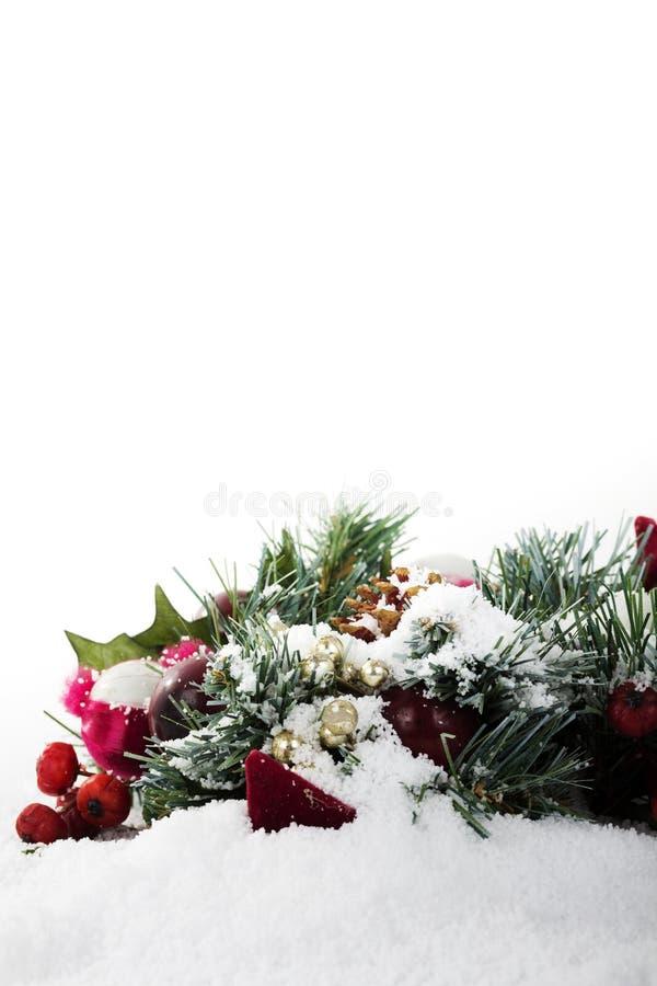 Decorações de Chrismas na neve branca para o fundo imagens de stock
