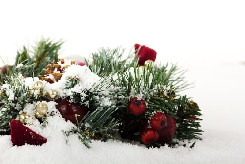 Decorações de Chrismas na neve branca para o fundo imagens de stock royalty free