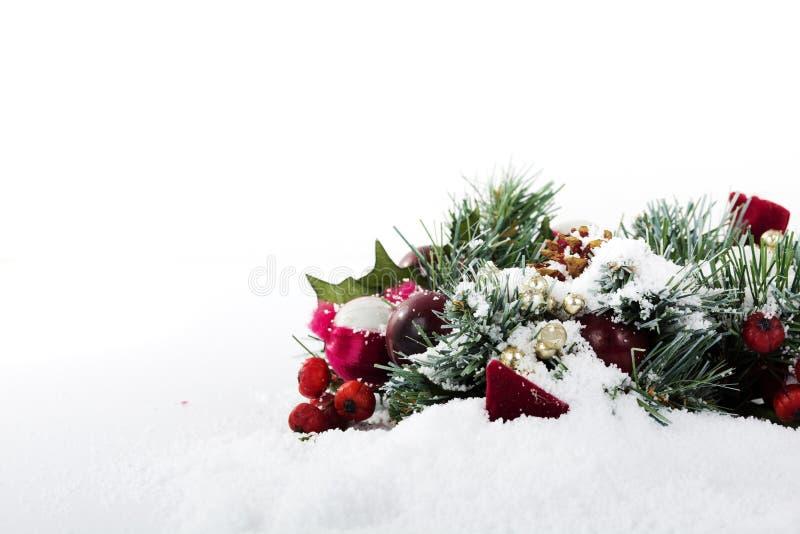 Decorações de Chrismas na neve branca para o fundo foto de stock