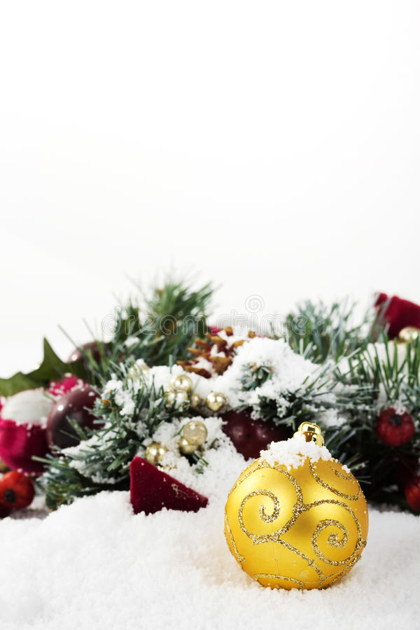 Decorações de Chrismas na neve branca para o fundo fotografia de stock royalty free