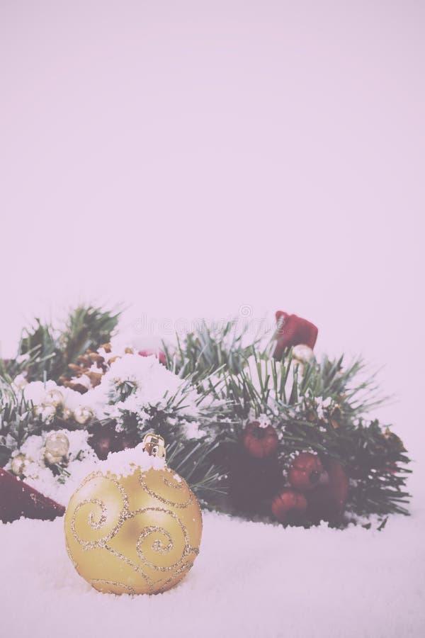 Decorações de Chrismas na neve branca para o vintage do fundo retro fotos de stock