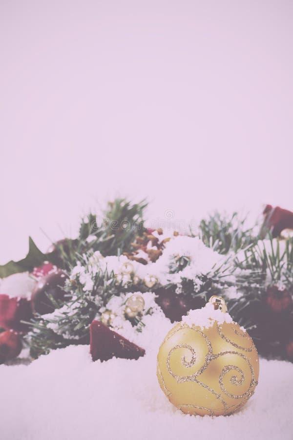 Decorações de Chrismas na neve branca para o vintage do fundo retro foto de stock royalty free