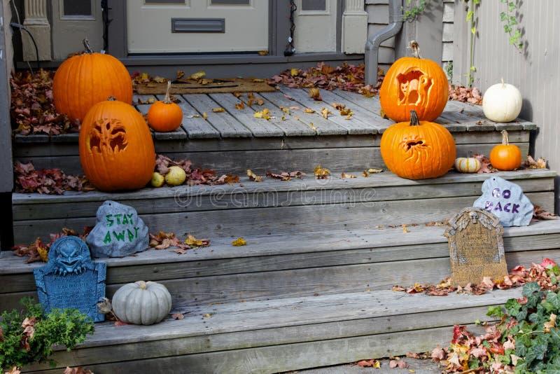 Decorações de Halloween nas etapas dianteiras imagem de stock royalty free