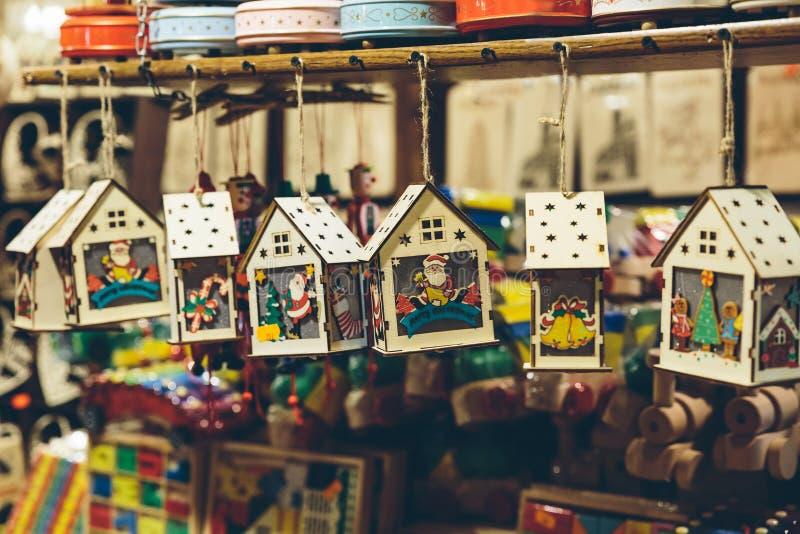 Decorações de madeira do Natal no mercado do Natal fotos de stock