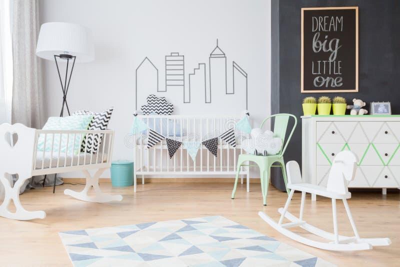 Decorações de Minimalistic na sala moderna do bebê fotografia de stock royalty free