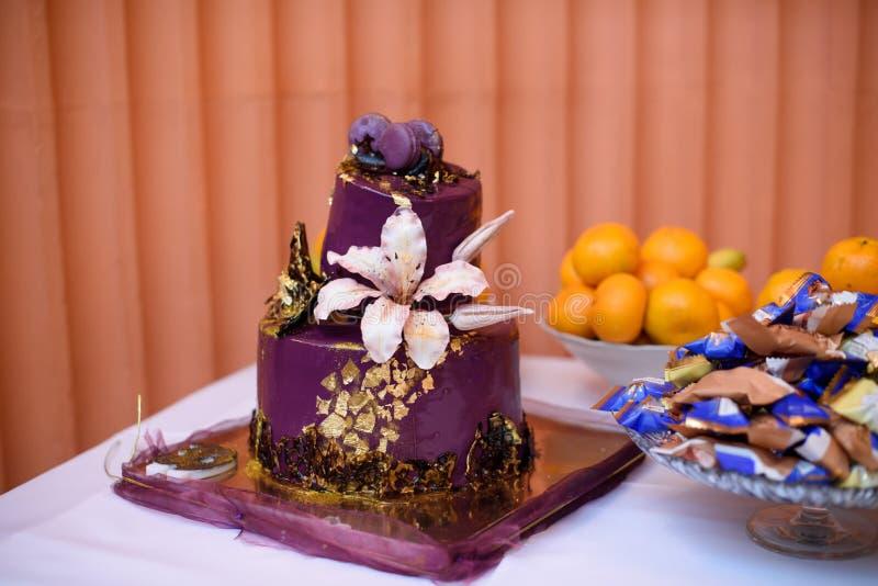 Decorações do aniversário para o feriado Zona da foto para o aniversário anniversary celebration Bolo festivo imagem de stock royalty free