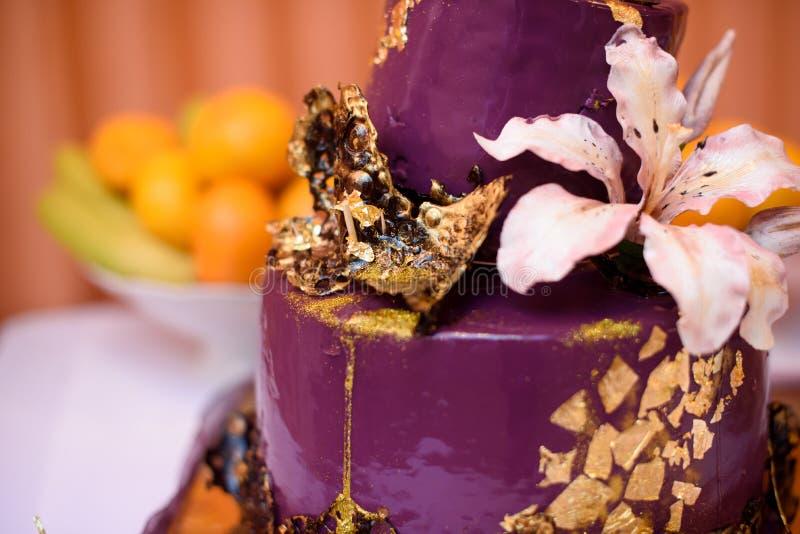 Decorações do aniversário para o feriado Zona da foto para o aniversário anniversary celebration Bolo festivo fotos de stock royalty free