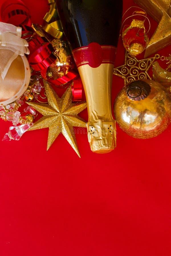 Decorações do ano novo com o frasco do champanhe imagens de stock royalty free