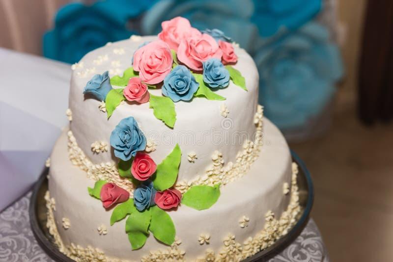 Decorações do casamento das flores, cestas, bolo para noivas fotografia de stock royalty free