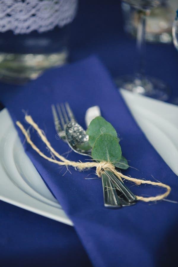 Decorações do casamento em tons azuis Na tabela de madeira nas madeiras há umas hortaliças, cutelaria, eucalipto imagens de stock