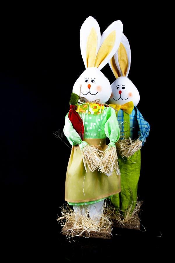 Decorações do coelhinho da Páscoa no fundo preto fotos de stock