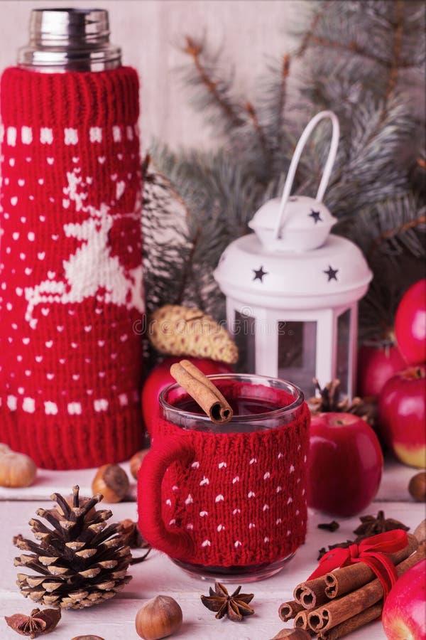 Decorações do Natal - as cookies, maçãs, especiarias, ferventaram com especiarias o vinho Co foto de stock royalty free