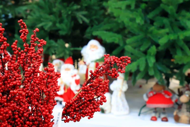 Decorações do Natal, brinquedo Santa Clauses sob a árvore de Natal, fundo do ano novo fotos de stock