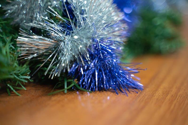 Decorações do Natal do close-up chuva azul e de prata fotos de stock royalty free