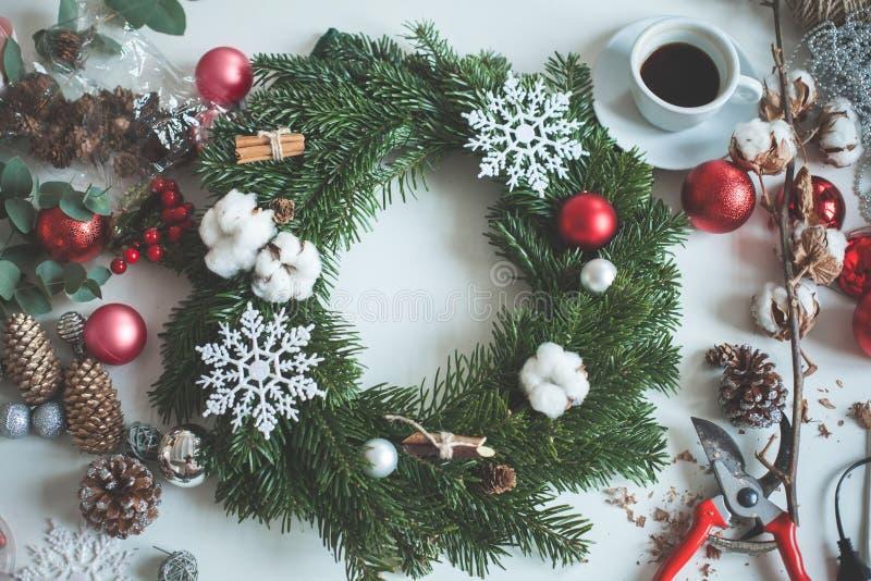 Decorações do Natal com as bolas vermelhas do Natal fotos de stock royalty free