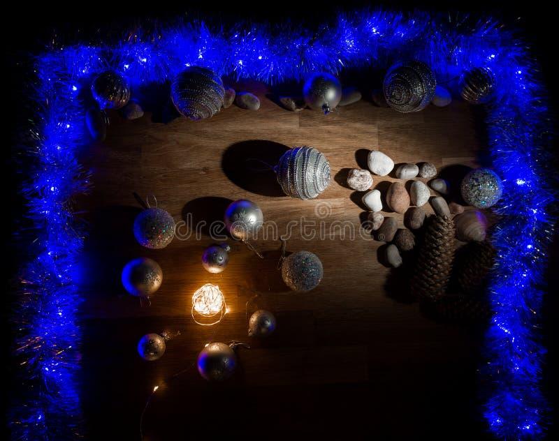 Decorações do Natal com pedras e luz mágica imagem de stock