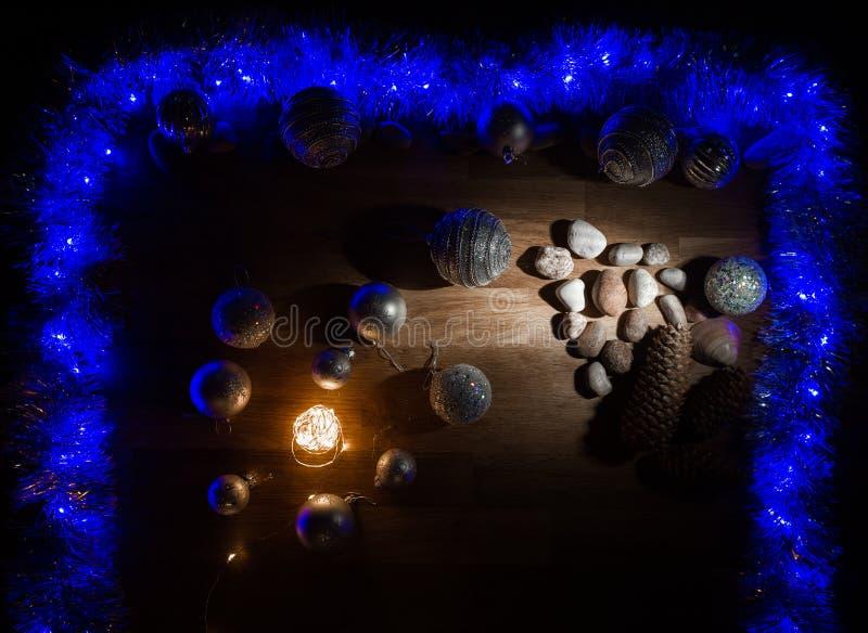 Decorações do Natal com pedras e luz mágica foto de stock