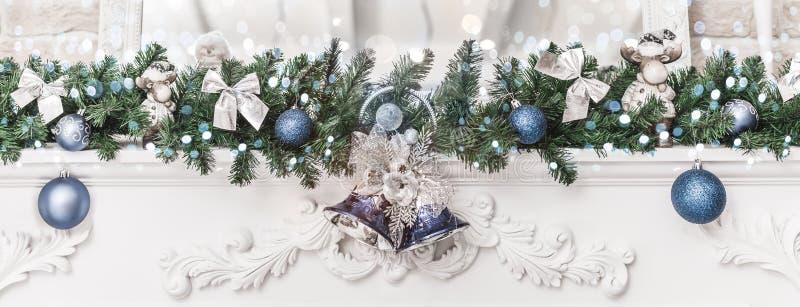 Decorações do Natal com sinos e bolas, acendendo, fundo de incandescência do feriado Tema do ano novo feliz e do Xmas imagem de stock royalty free