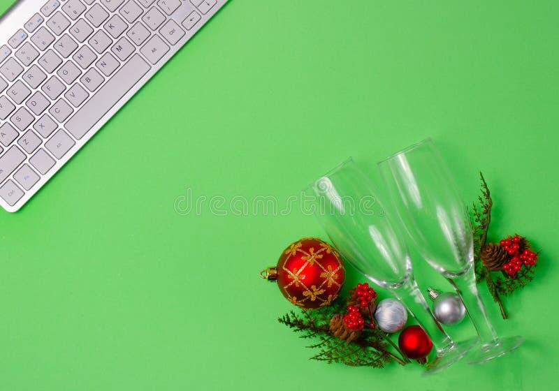 Decorações do Natal com vidros do champanhe fotos de stock royalty free