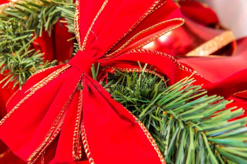 Decorações do Natal, curva vermelha em um ramo imagens de stock royalty free