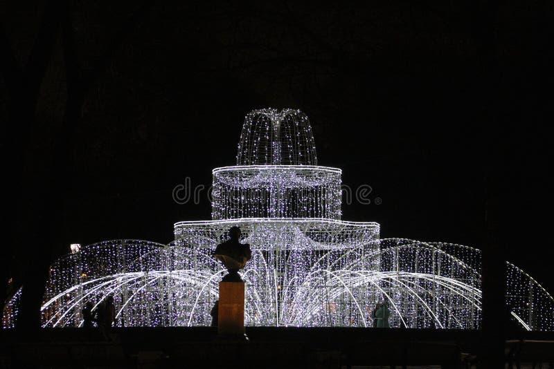 Decorações do Natal da cidade sob a forma de uma fonte leve imagens de stock