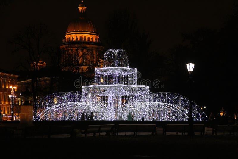 Decorações do Natal da cidade sob a forma de uma fonte leve imagens de stock royalty free